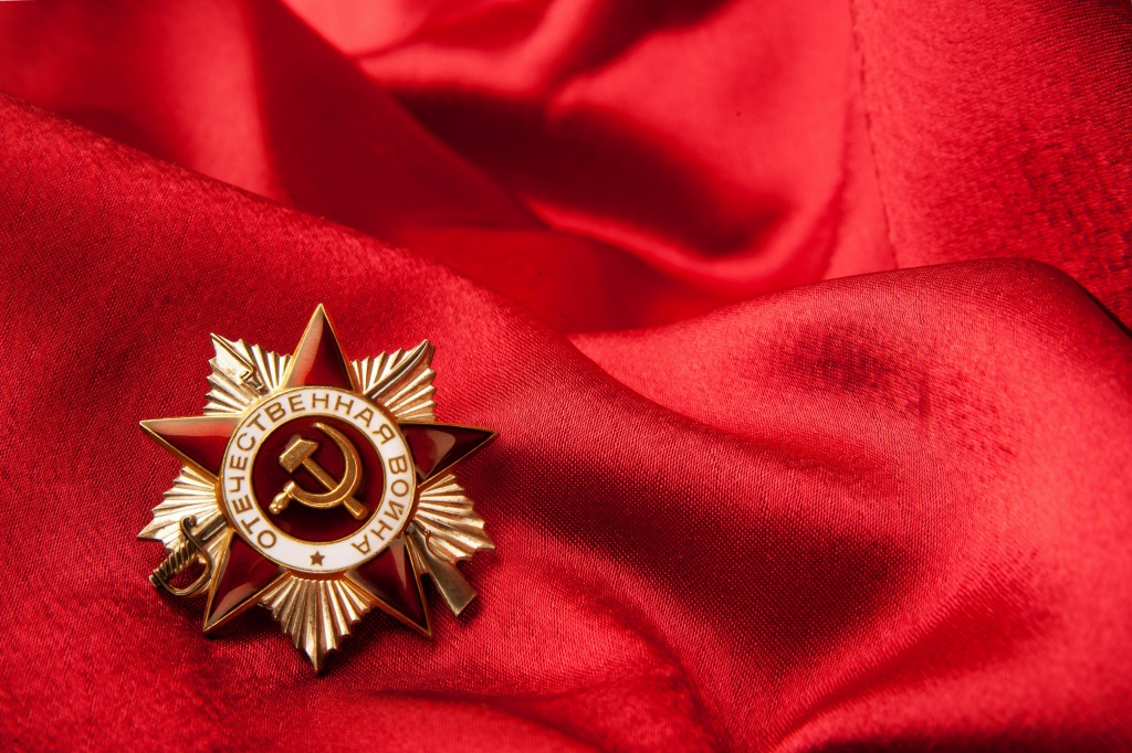 2019Holidays___May_9_Star_of_the_Patriotic_War_on_a_red_bedspread_131993_.jpg